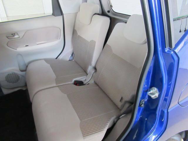 リアシートは独立でリクライニングするので、後部座席が窮屈に感じることもありません。