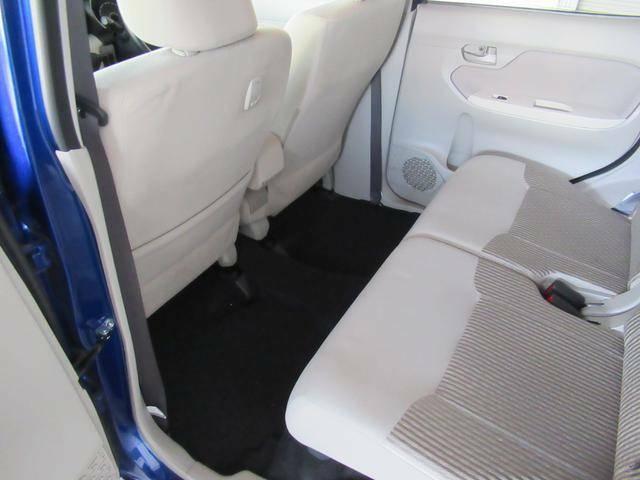 後部座席も大きく前後にスライドします。前方にスライドするこで、ラゲッジスペースを増やすことができます。