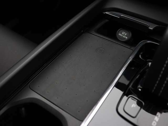 センターコンソール中央が、あなたのスマートフォンの定位置になります。対応機種のスマートフォンを置いておくだけで充電可能。すっきりと収納できて、使いたいときにはすぐに手に取れます。