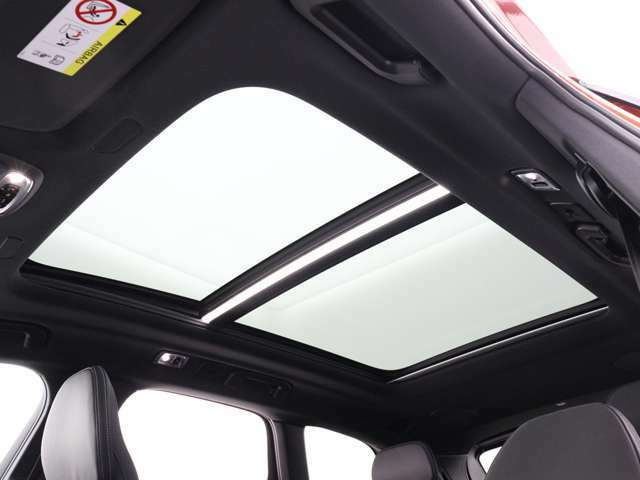 チルトアップ機構付電動パノラマ・ガラス・サンルーフから差し込む柔らかな光が、リラックスした気分のなかでドライビングを楽しめる、優雅なくつろぎの感覚をもたらします。