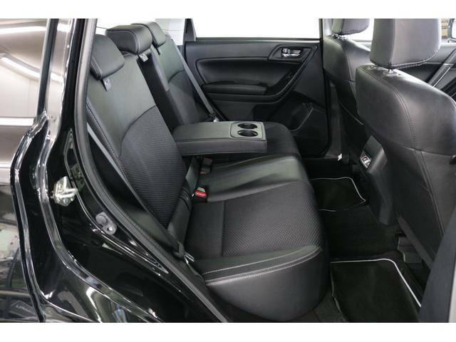 ゆったりリヤシート◆後部座席は足元と頭上空間が広く、ゆったりとお乗り頂けます。リクライニング機能やカップホルダー付アームレストを装備し、ロングドライブも快適♪