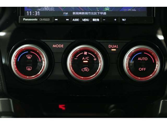 左右独立温度調整機能付フルオートエアコン◆運転席側と助手席側の温度が別々に調整できます。体調や温感に合わせて、それぞれ快適にお過ごしいただけます