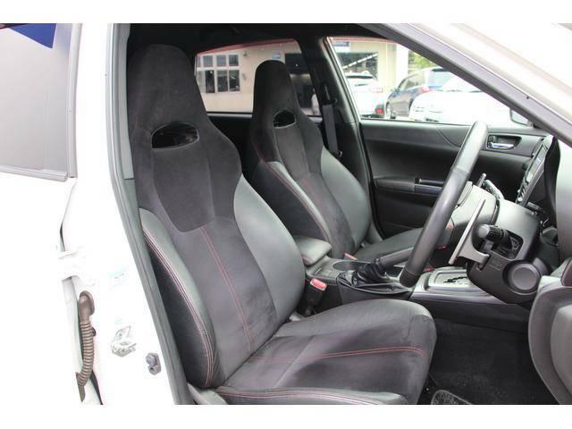 フロントシートは前方をしっかりと見渡せるよう座面を高めに設定。