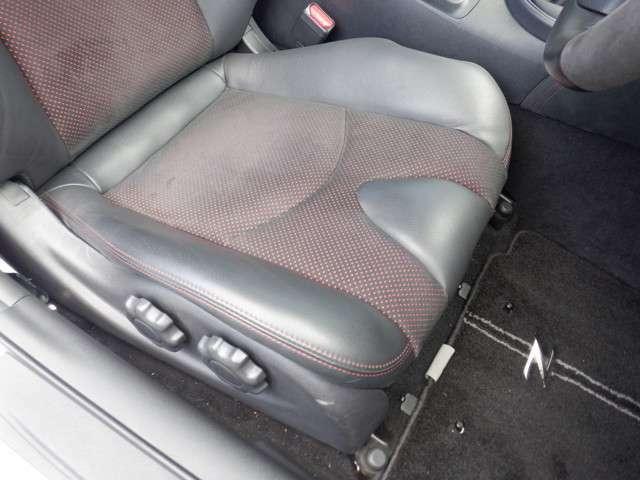 シートリフター付きでシートの上下の調整ができるので、最適のドライビングポジションが取れます