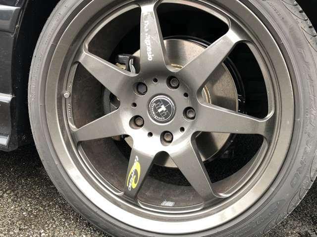 希少なテクノマグネシオアルミ。タイヤはピレリのP-ZERO NERO