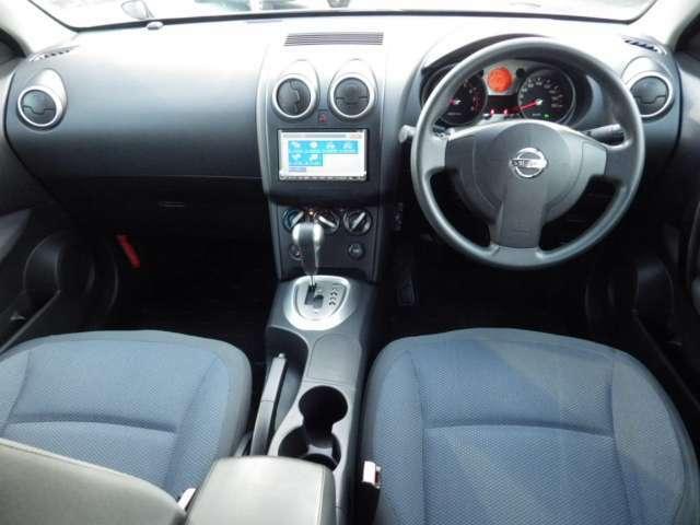 着座位置が高く見晴らしも良いドライバーズシートです。ガラスも大きく視界も良好な一台です。.