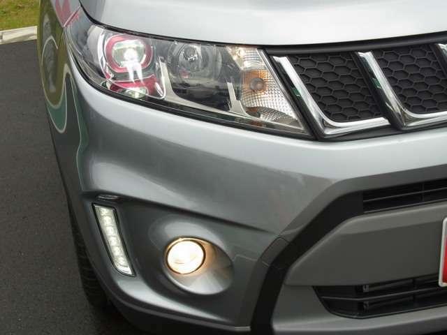 省電力・長寿命・高輝度の3拍子揃った LEDヘッドランプを装備しています。車外の暗さを検知し、自動でライトを点灯させる オートライト機能付。