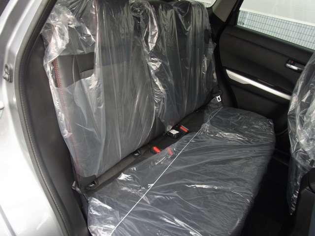 シート表皮は、一部レザー調で 高級感があります。接地面は布で、座り心地にもこだわっています。