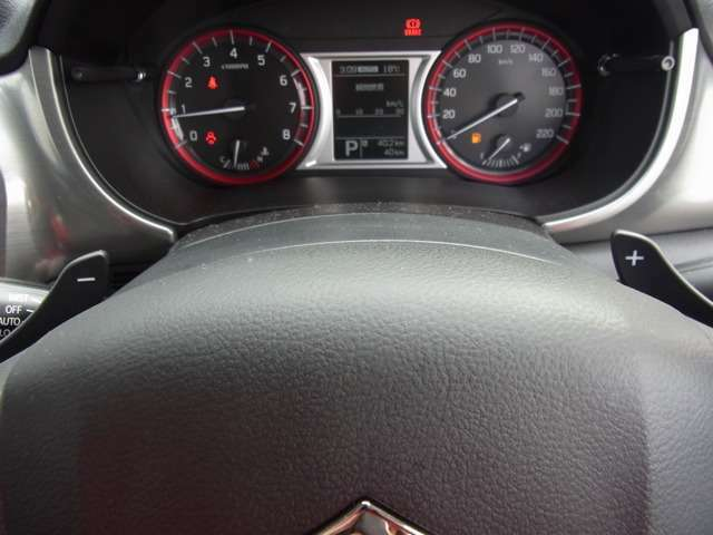 手元でシフトのUP/DOWNができ、手軽にマニュアル車感覚の運転を楽しめる パドルシフトを装備しています。