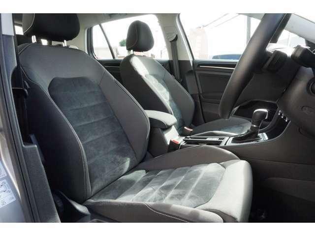 シートはアルカンターラのコンビシートなので滑らず座り心地がとてもいいです。長距離ドライブもとても楽です。
