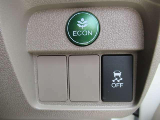 ECON・燃費のいい運転時にはメーター内の証明がグリーンに。クルマ全体を低燃費モードにします、あなたのエコ運転を、あの手この手でサポートします。
