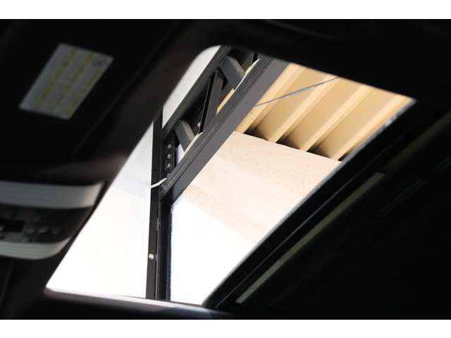 開放感を与える明るい室内を演出するガラススライディングルーフを搭載!電動サンシェード機能も搭載し、快適なカーライフをサポートします!
