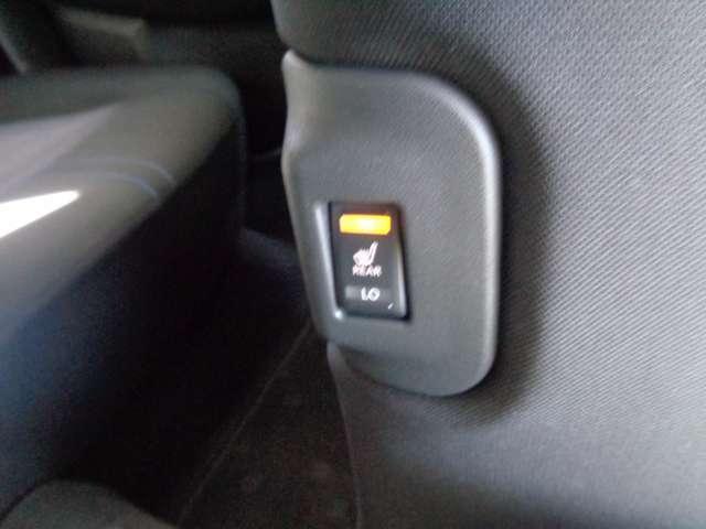 リヤ用のシートヒーターも付いています。