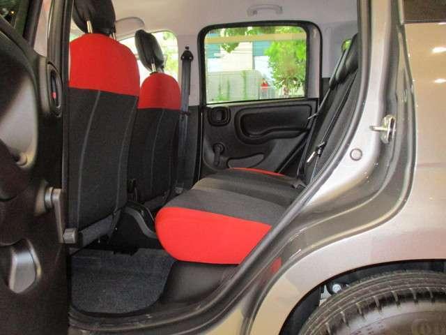 リアシートもフロントと共通したデザインを採用、4ドアならではの実用性とパンダ特有の室内高!