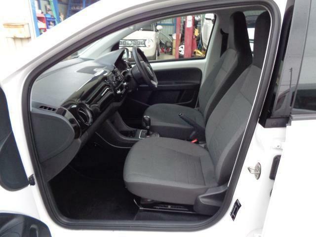 フロント&サイドエアバック ABS 衝突軽減ブレーキ アイドリングストップ CD&AUX マニュアルモード 盗難防止システム付きです!