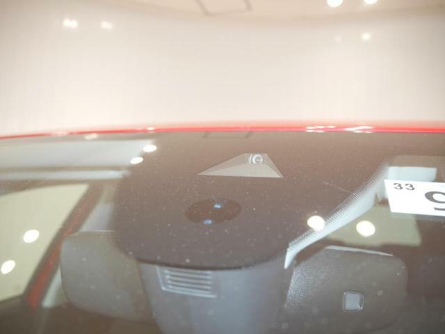 車線をカメラで検知し、車線逸脱を防ぐ、レーンキープアシスト。