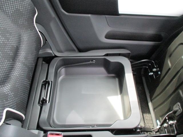 ■助手席シート下にも収納スペースがあるんです。