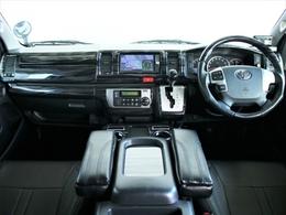 運転席周りはBLUME木目調パネルを装着しており、高級感があります!