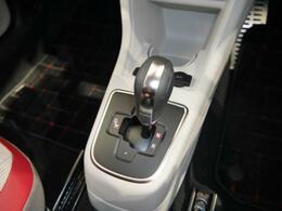 シフトのポジションはDNRの3つで、いつでも切り替えることが出来ます。Dモードでは、燃費効率の面で最適なギアと変速ポイントを自動的に選択し、マニュアル仕様よりも良い燃費です。