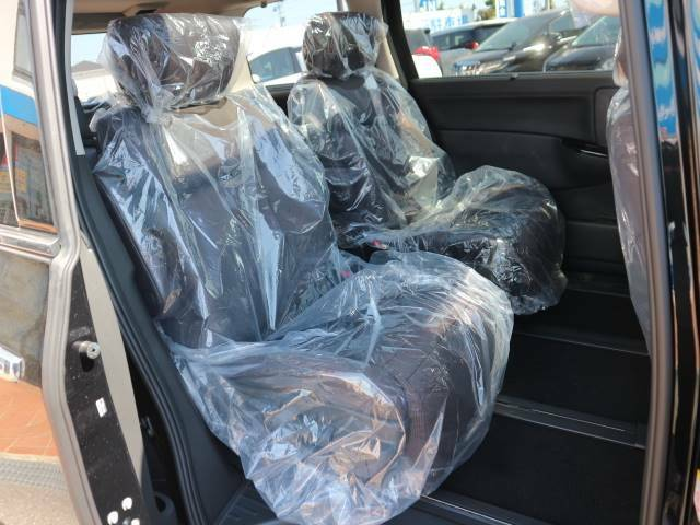 オットマンを装備したセカンドシートは大柄の大人がゆったり寛げるゆとりがあります。