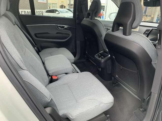 フロントシートに加え、後部座席でも、暖かく快適なドライブを。シートヒーターをリア2列目左右2席に装備!