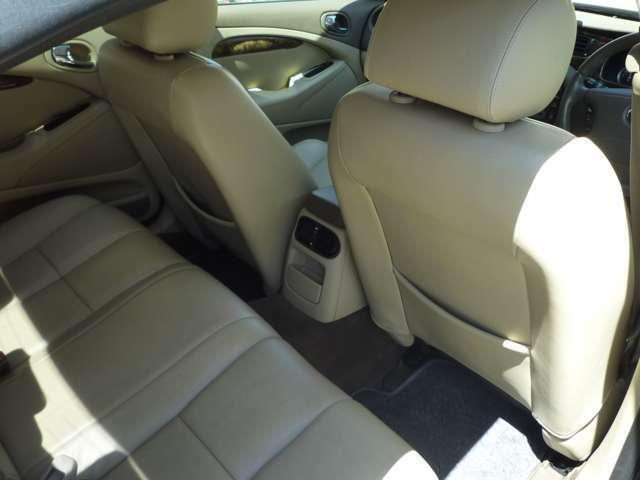 後部座席も高級感があり、ノイズもかなり抑えられています。