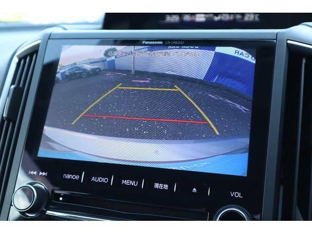 縦列駐車に便利なガイドライン付きバックカメラ装備