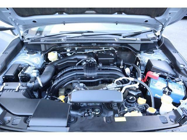 振動が少なくエンジンフィールが滑らかで、軽量コンパクトで低重心な構造の水平対向エンジンを搭載しています。