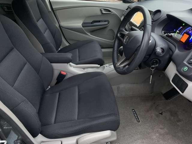 運転席のシートは気になる様なスレ等も少なくとてもキレイな状態となっております♪座面調整も行えますのでお好みの目線で更に中央にひじ掛けもございますので快適なドライビングをご堪能頂けます♪