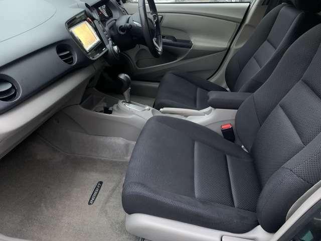 背中を包み込むような大きくカーブした座席になっており、ゆったりと乗車する事が出来ます♪外から見るよりも広々とした快適な車内になっています♪
