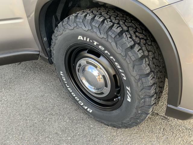 タイヤはBFグッドリッチ オールテレーンT/A K02 サイズは225/70-16 ホイールはクリムソン ディーン クロスカントリーのマットブラック 6.5J もちろん新品です。