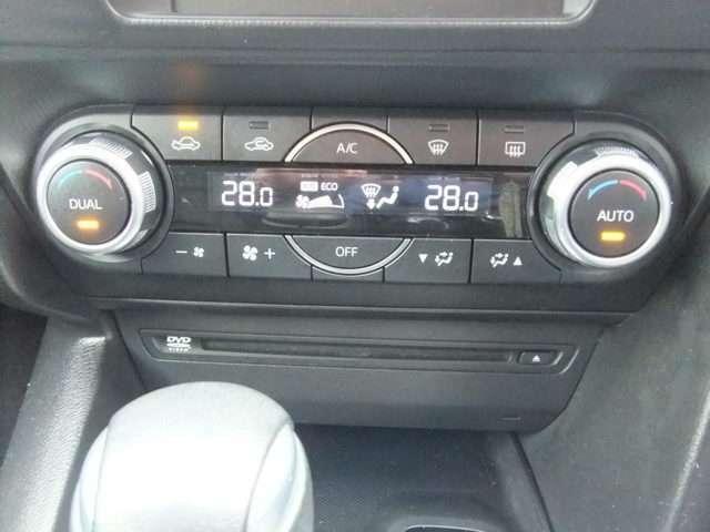 車内も快適デュアルオートエアコン