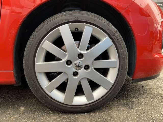 純正17インチAWにノーマルタイヤをはいており、タイヤ山はおおよそ各3分山程度、タイヤサイズは205/45R17、各AWにガリ傷多くあります。 また、社外AWにスタッドレスタイヤを履いた4本積込みです