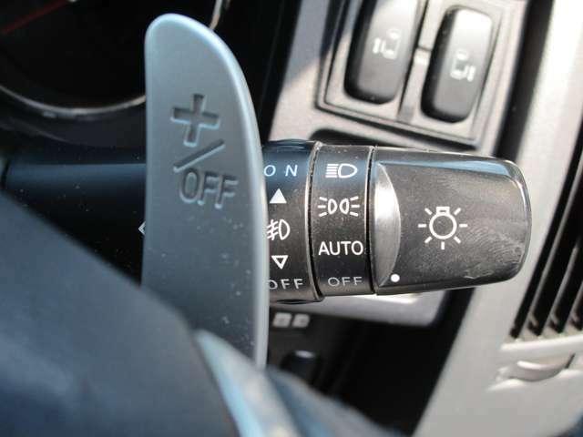 AUTO機能で車外の明るさに応じて自動的にヘッドライトの点灯、消灯をしてくれます。