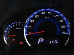 大きなスピードメーターをはじめ、必要な情報が確認しやすい発光メーターです。