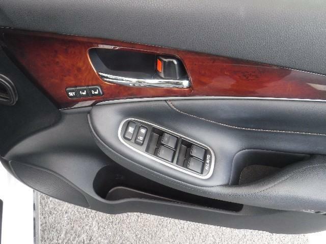 ドライバー数名分のシートポジションを記憶・再現できます。ご家族などで使いわけると便利な機能です。