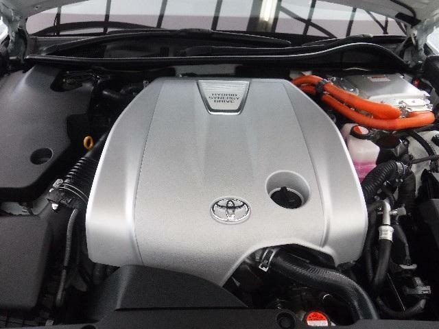 3.5Lのガソリンエンジンと高出力モーターのハイブリッドシステムを搭載しています。油汚れやほこりを隅々まで除去。エンジンルームも綺麗になっています。