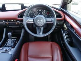 左右対称なレイアウトと水平基調の造形によってクルマとの一体感が強調され、運転への意識が自然と高まっていく、心地よい空間となっています。