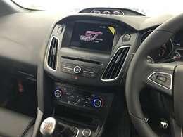 STの証し3連メーター(左から油温/ターボチャージャー・ブースト/油圧)  エンジン始動でMy Ford Touchの画面に「ST」のロゴが浮かびあがります。