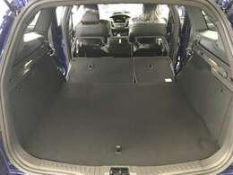ダブルフォールドのリアシートを畳めば、フラットで広大なスペースをかせぎ出します。 走りの車でありながら実用性も兼ねそえているところもSTエステートの大きな魅力です。