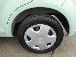 おしゃれは足元から、なんて言いますよね。こちらの車は純正のアルミホイール付きです!