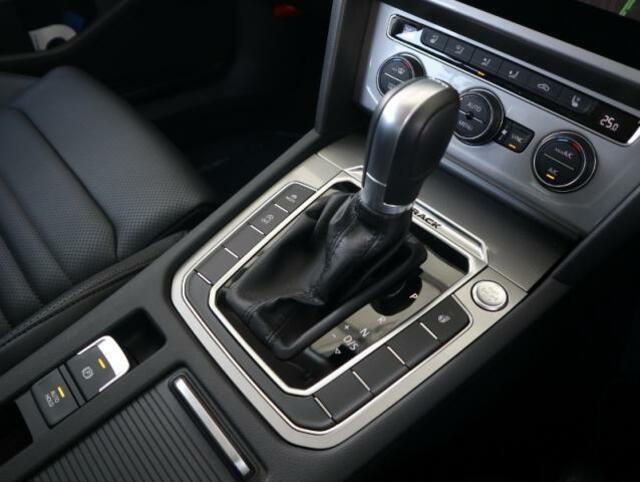 6速DSGは街中でも高速道でもスムーズで且つ力強くとても軽快です。またスマートキーを装備しておりますので施錠、解錠、エンジンスタートもワンタッチです。