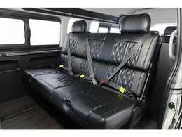 オリジナルシートアレンジ「トランスフォームVer.8」のタイプ2です!セカンドシートは1,400mmi-seatREVOバタフライ全席3点式シートベルト装着!左右ヘッドレスト付き!