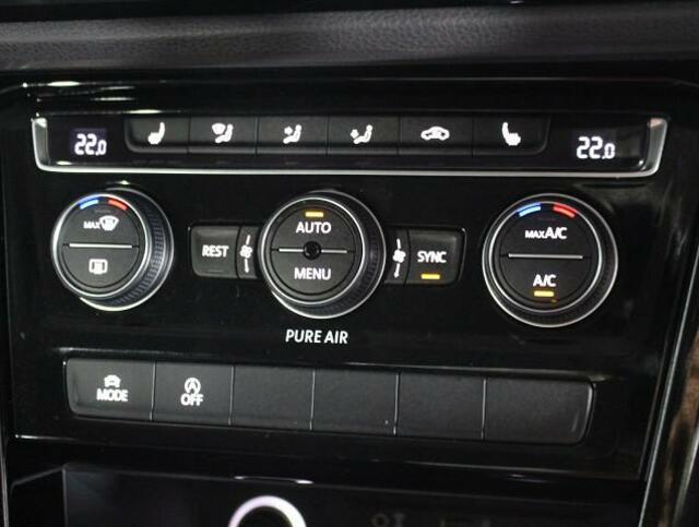 運転席助手席リヤ席、3ゾーンの室温設定が別々にできるオートエアコン。室温設定は操作しやすいダイヤル式。