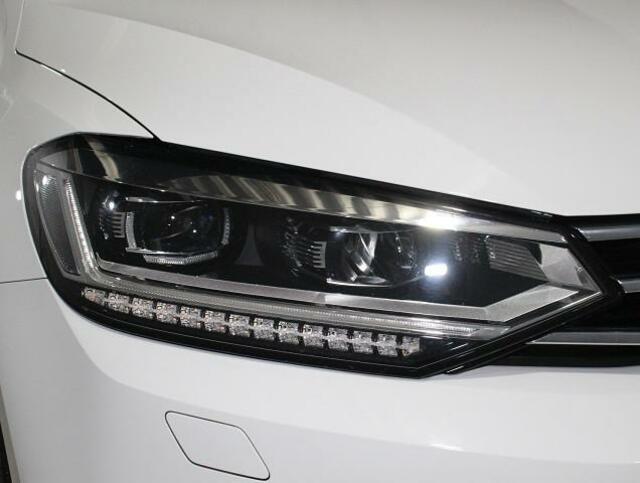 自然光に近く明るいLEDヘッドライト。夜間のドライブも快適に走れます。