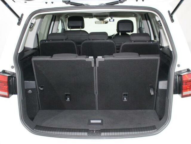 開口幅が広く、荷物の載せ降ろしが楽なトランクルーム。リヤシートを倒せば、広い荷室が出現します。