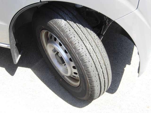 タイヤの溝は十分にあります。日産純正のホイールです。