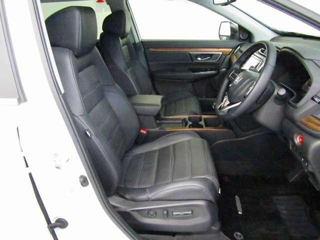 格調高いインテリアを引き立てる、プレミアムなレザーシートです。運転席、助手席は前後スライド、リクライニング、座面前後の高さをスイッチ操作で無段階に調節できるパワーシートです。