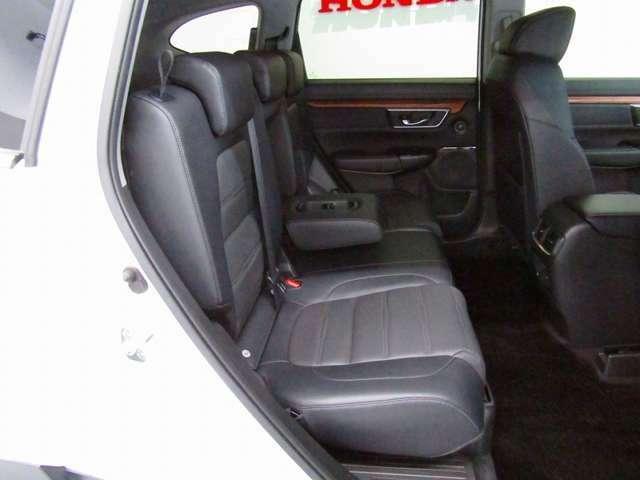 セカンドシートは3名乗車も可能ですが、2名の時にはセンターの大型のアームレストを使用してゆったりとくつろげるのでとても快適です。