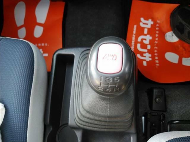 4WD・5速マニュアル車です。ボタンを押すと2WD⇔4WDの切り替えが可能です。